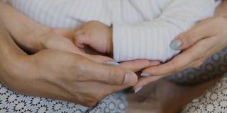 Famille émotive d'amour nouveau-né de mère et de bébé Image libre de droits