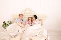 Famille été fatigué, éternuement, et mensonge dans le lit à la maison Images libres de droits