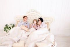 Famille été fatigué, éternuement, et mensonge dans le lit à la maison Image libre de droits