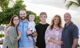 Famille étendu heureux des vacances et la plage à une station de vacances dans Mex Photos libres de droits