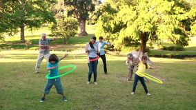 Famille étendu jouant avec des cercles de danse polynésienne clips vidéos