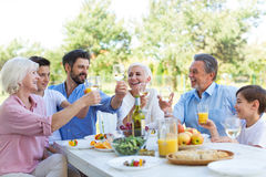 Famille étendu mangeant dehors Photographie stock