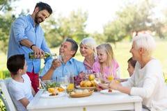 Famille étendu mangeant dehors Image stock