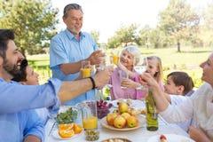 Famille étendu mangeant dehors Images stock