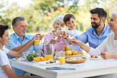 Famille étendu mangeant dehors Photo libre de droits