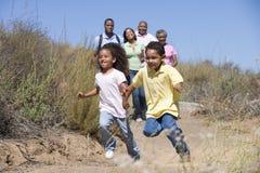 Famille étendu marchant dans la campagne Photographie stock libre de droits