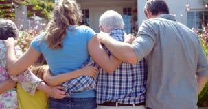 Famille étendu marchant dans le jardin banque de vidéos