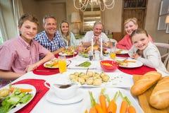 Famille étendu regardant l'appareil-photo le temps de Noël Image stock