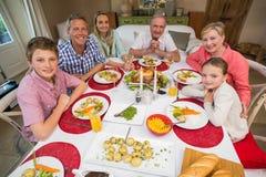 Famille étendu regardant l'appareil-photo le temps de Noël Photographie stock