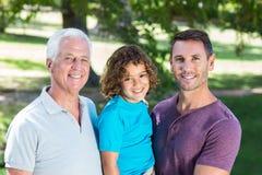 Famille étendu souriant en parc Image stock