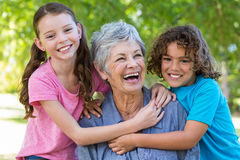 Famille étendu souriant et embrassant en parc Photo stock