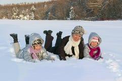 Famille active heureuse ayant l'amusement l'hiver. Photo libre de droits