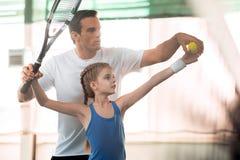 Famille active jouant le tennis sur la cour images stock