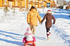 Famille active le week-end d'hiver images stock