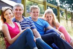Famille adolescente détendant sur la promenade dans la campagne Images libres de droits