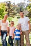 Famille adorable en stationnement Photographie stock