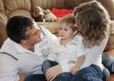 Famille affectueuse à la maison Photos stock