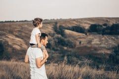 Famille affectueuse Engendrez et son bébé garçon de fils jouant et étreignant dehors Papa et fils heureux dehors Concept de jour  photo stock