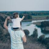Famille affectueuse Engendrez et son bébé garçon de fils jouant et étreignant dehors Papa et fils heureux dehors Concept de jour  photos libres de droits