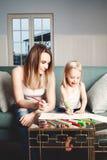 Famille affectueuse Femme et enfant dessinant à la maison Photographie stock