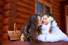 Famille affectueuse heureuse fille de mère et d'enfant jouant, embrassant et étreignant Image stock
