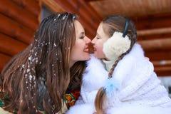 Famille affectueuse heureuse fille de mère et d'enfant jouant, embrassant et étreignant Images libres de droits
