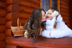 Famille affectueuse heureuse fille de mère et d'enfant jouant, embrassant et étreignant Image libre de droits