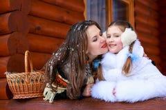 Famille affectueuse heureuse fille de mère et d'enfant jouant, embrassant et étreignant Photos libres de droits