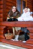 Famille affectueuse heureuse fille de mère et d'enfant jouant, embrassant et étreignant Images stock