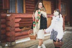 Famille affectueuse heureuse la mère et les filles vont ensemble, parlent et caressent Images libres de droits