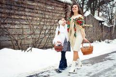 Famille affectueuse heureuse la mère et les filles vont ensemble, parlent et caressent Photos stock