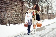 Famille affectueuse heureuse la mère et les filles vont ensemble, parlent et caressent Images stock