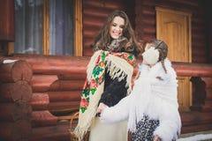 Famille affectueuse heureuse la mère et les filles vont ensemble, parlent et caressent Photographie stock libre de droits
