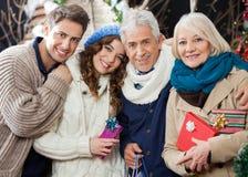 Famille affectueuse heureuse se tenant dans le magasin de Noël photographie stock libre de droits