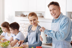Famille affectueuse positive faisant cuire le dîner ensemble Photos libres de droits