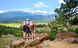 Famille affectueuse trimardant des vacances en montagnes du Colorado Image libre de droits