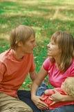 Famille affectueux en nature d'été Photographie stock