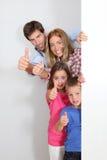 Famille affichant des pouces vers le haut Image libre de droits