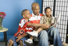 Famille affichant une histoire Photographie stock libre de droits