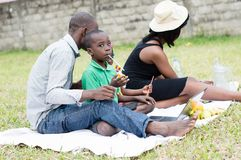 Famille africaine dehors image stock