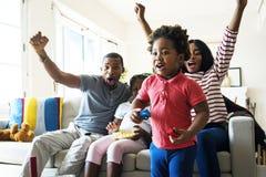 Famille africaine passant le temps ensemble images libres de droits