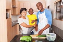 Famille africaine préparant le déjeuner Images libres de droits