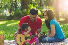 Famille aimante de musique photographie stock