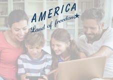Famille américaine heureuse regardant le comprimé numérique pour le 4ème juillet illustration libre de droits