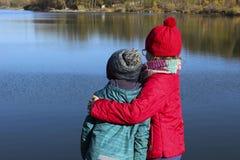 Famille amicale, enfants, voyage, concept de valeur familiale Marche d'enfants images libres de droits
