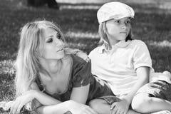 Famille amicale sur l'image herbeuse gentille de monochrome de pelouse Photo libre de droits