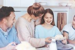 Famille amusante de mère consciente avec le gâteau le plus doux Photos stock