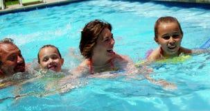 Famille appréciant dans la piscine banque de vidéos