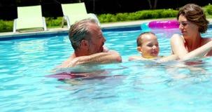 Famille appréciant dans la piscine clips vidéos
