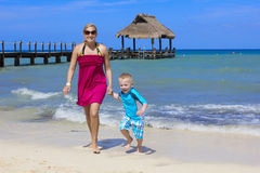 Famille appréciant des vacances de plage ensemble Photos libres de droits